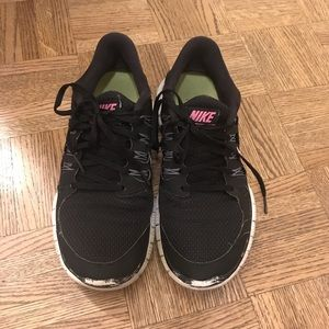 Black and pink nike free runs